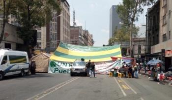 Manifestantes bloquean Bucareli, de Reforma a Gobernación