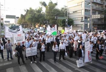 Trabajadores del ISSSTE marchan rumbo a Hospital