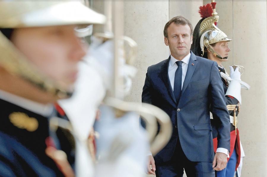 Diez años de cárcel por quitar foto de Macron