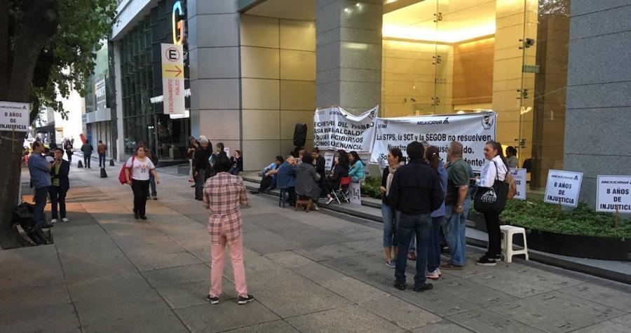Jubilados bloquean la circulación en Paseo de la Reforma