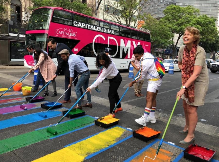 Pintan paso peatonal LGBT en Avenida Juárez