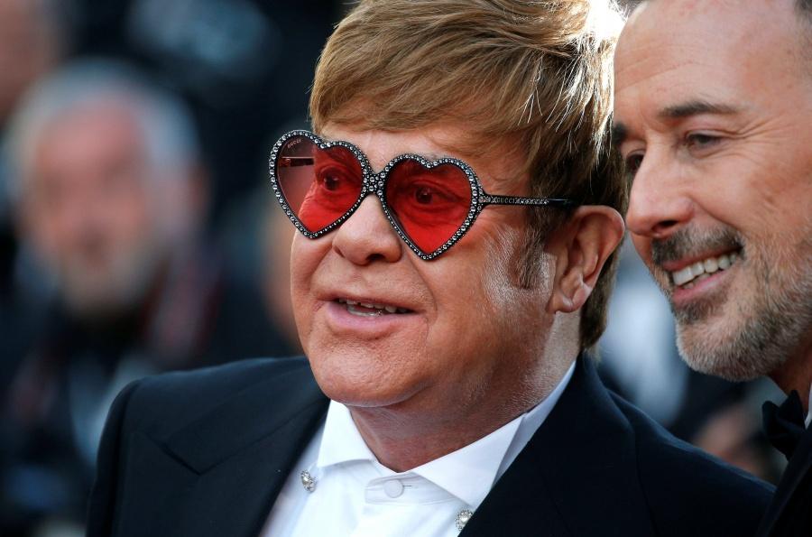 """Elton John critica censura en Rusia a escenas gay de """"Rocketman"""""""