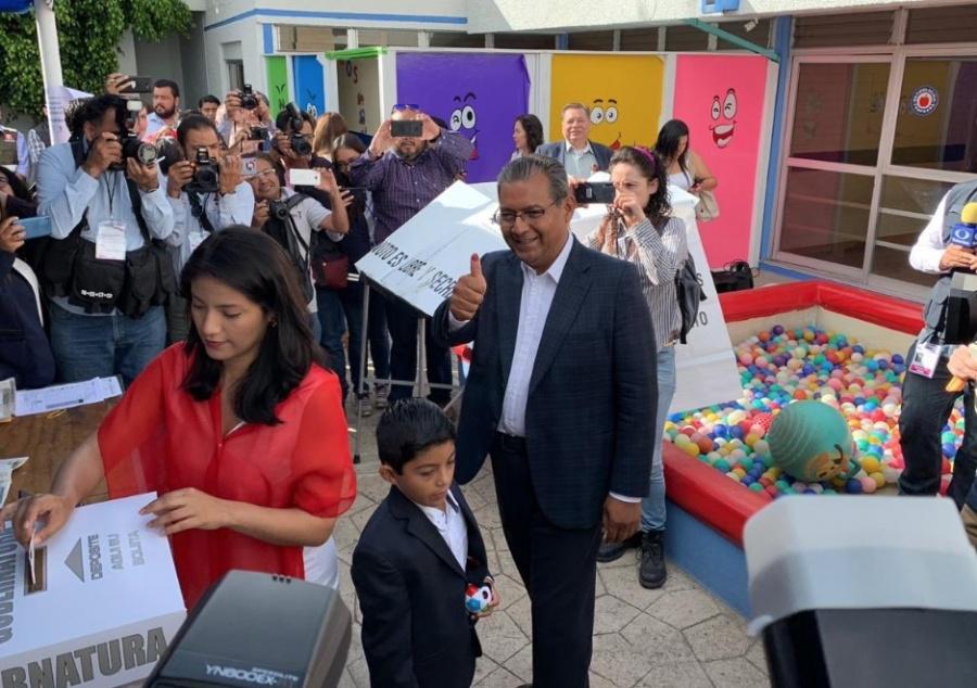 Emite su voto Alberto Jiménez, candidato del PRI al gobierno de Puebla