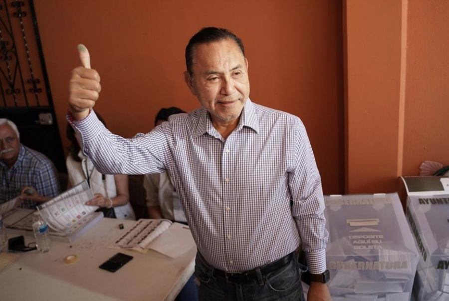 Acosta Fregoso acude a casilla en Mexicali para emitir su voto