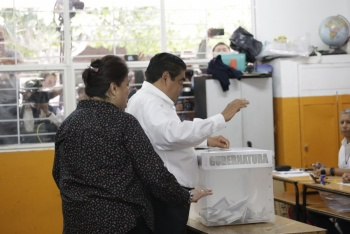 Miguel Barbosa acude a votar en su natal Tehuacán, Puebla