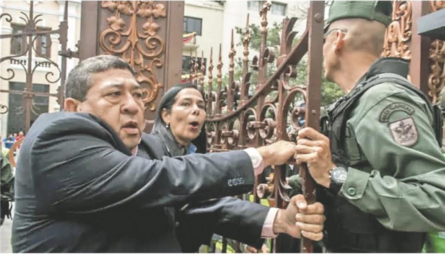 Periodistas rompen cerco del chavismo
