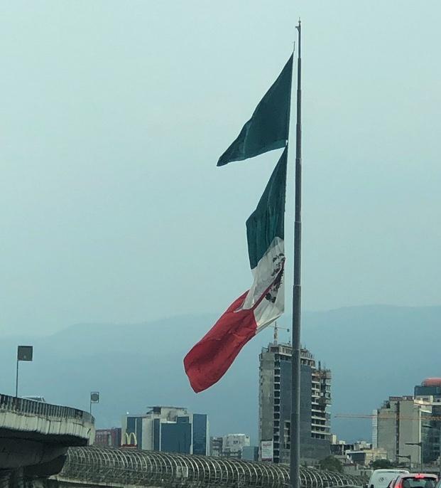 Se rompe bandera en glorieta de San Jerónimo