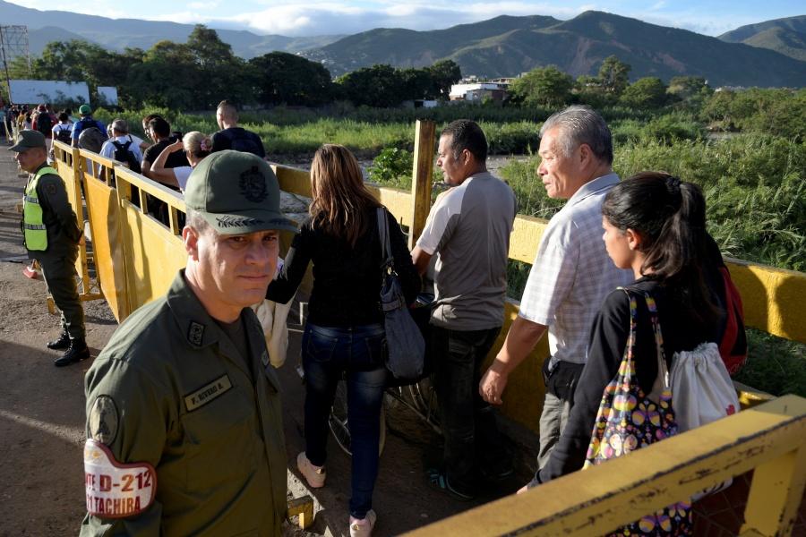 Reabre Venezuela frontera con Colombia