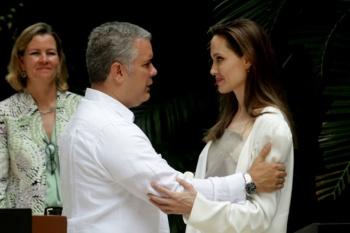 Angelina Jolie acompaña a refugiados venezolanos en nombre de la paz