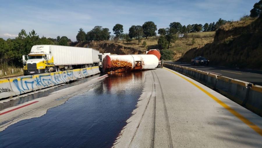 Cerrada autopista México-Puebla por volcadura de camión
