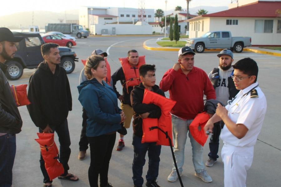 Rescatan a 9 personas de una embarcación a la deriva en Ensenada