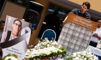 Amigos y familiares reciben restos de estudiante Norberto en Chihuahua