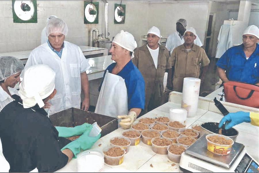 Cubanos gastan ocho salarios en lo básico