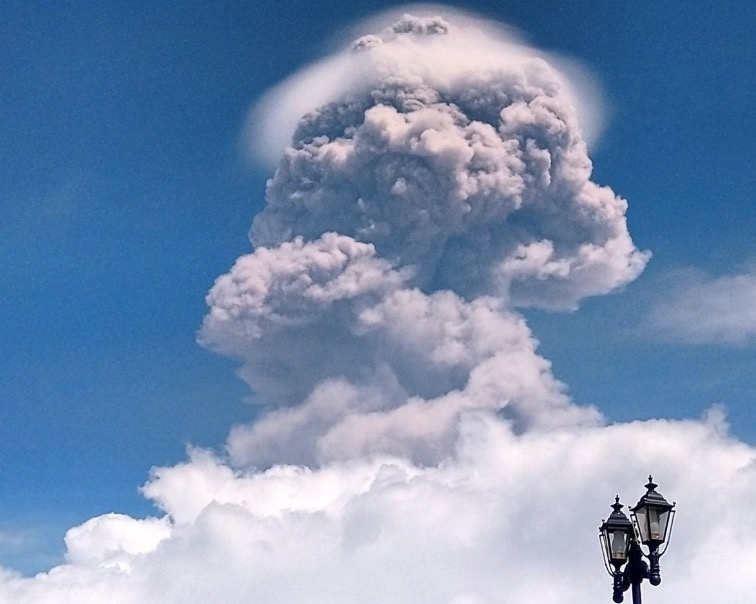 Volcán Popocatépetl registra fuerte explosión con fumarola