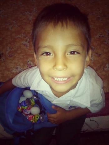 Niño lleva huevos y yogurt a compañero que no lleva comida al Kínder
