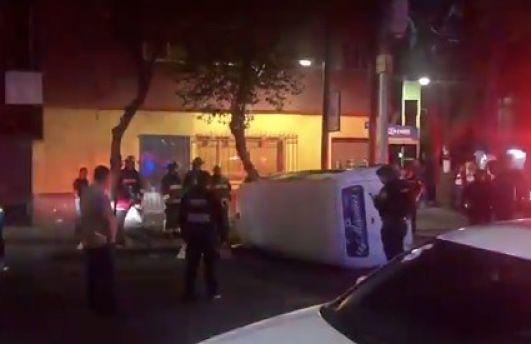 Muere hombre tras volcarse en combi en alcaldía Cuauhtémoc