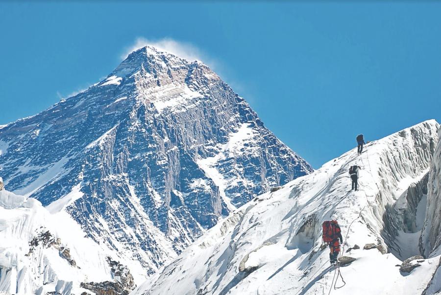 Deporte vuelve al Everest tras 30 años de muertes por subir turistas