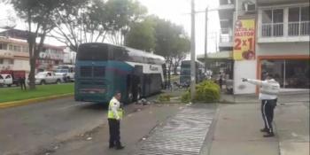Explotan artefactos en autobús, en Michoacán