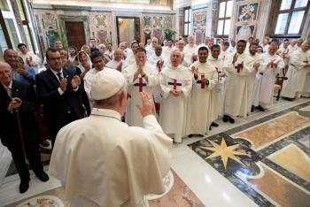 El Vaticano plantea ordenar sacerdotes casados en zonas aisladas