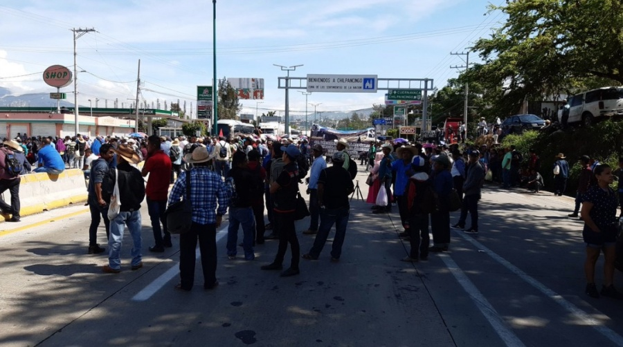 Campesinos bloquean Autopista del Sol; piden entrega de fertilizantes