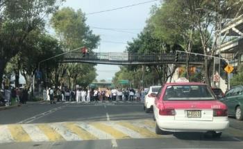 Manifestantes bloquean Avenida México-Coyoacán, frente al Hospital Xoco