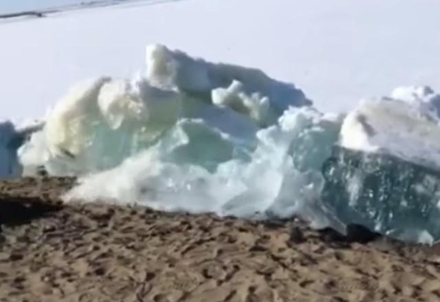 Tsunami de hielo, anuncia llegada del verano en Rusia