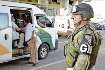 Agentes buscan migrantes hasta en los camiones