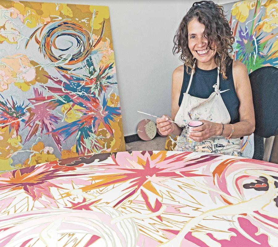 Pintora reflexiona acerca de lo femenino desde el pop art