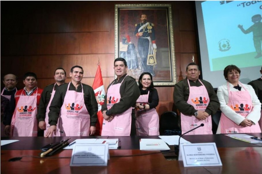 En Perú militares usan delantales rosados