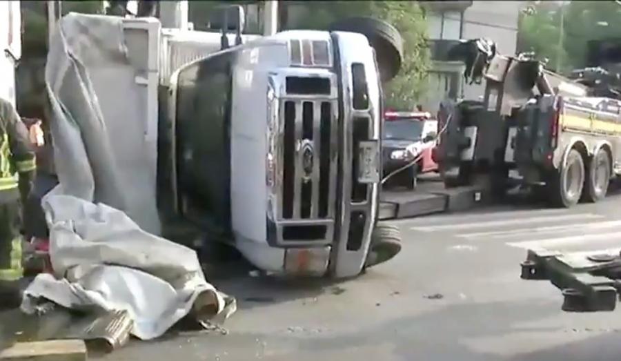 Se vuelca camioneta de carga en colonia Del Valle