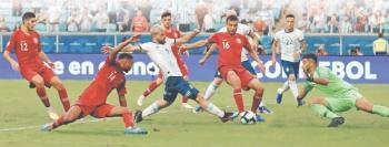 Argentina libra la eliminación y alcanza su primera victoria