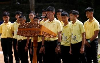 Niños atrapados en cueva de Tailandia, dan gracias a buzo que los rescató