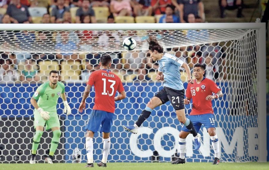 Uruguay le pega al Campeón y va a cuartos como invicto