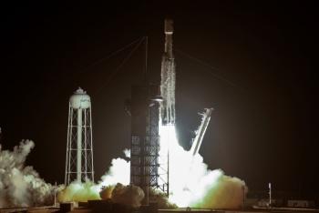 """SpaceX de Elon Musk lanza 24 satélites en su misión """"más difícil"""""""