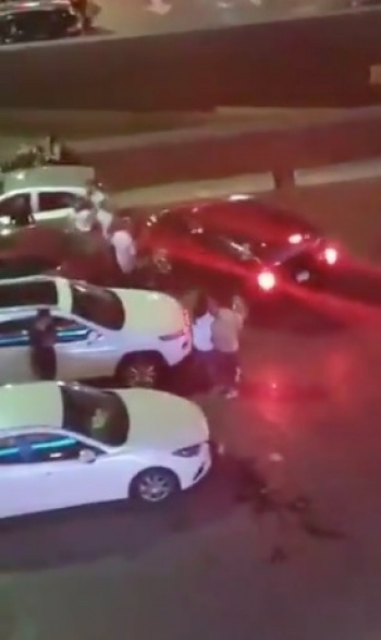 Captan riña en estacionamiento de plaza comercial en Monterrey