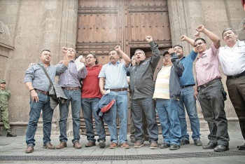 Logra CNTE que reinstalen a maestros reprobados