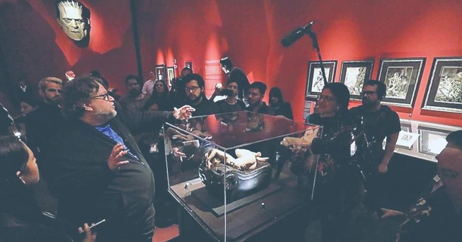 Ofrece Del Toro guía con información inédita de sus Monstruos