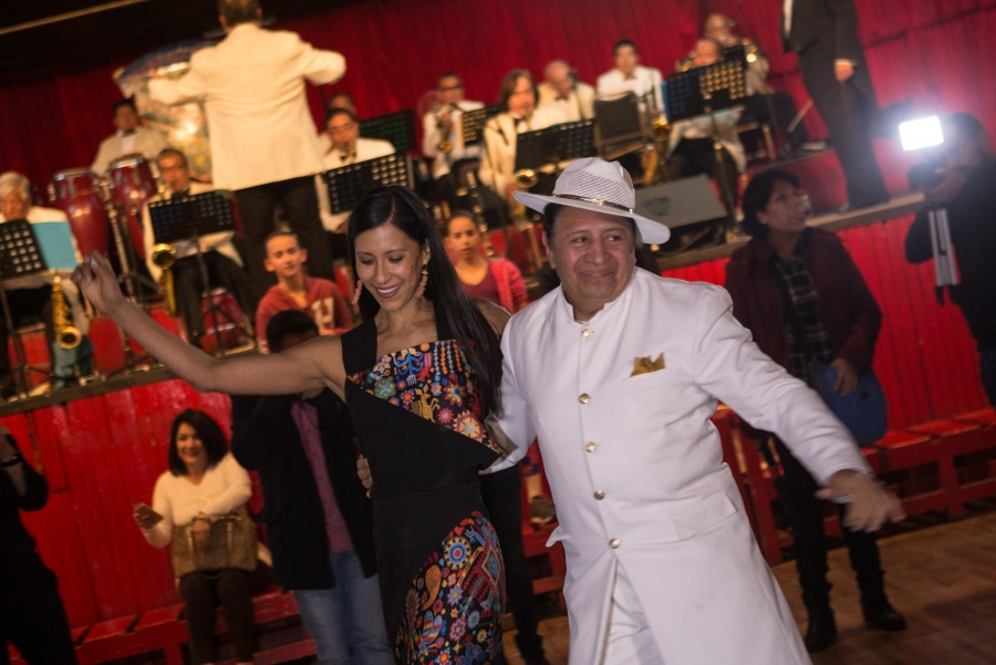 Elisa Carrillo devela zapatillas autografiadas en salón Los Ángeles