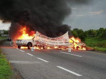 Bloqueo e incendio en la carretera de Villahermosa - Teapa, en Tabasco