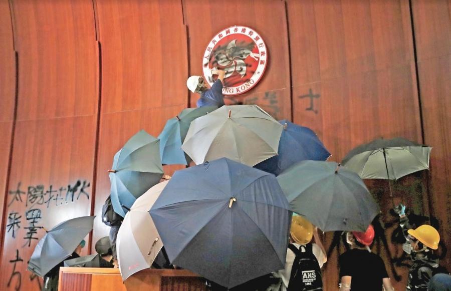 Policía de Hong Kong recupera el Parlamento