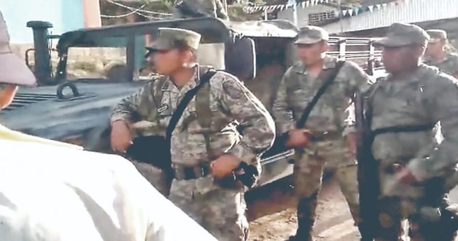 Campesinos de Ayutla retienen a Militares