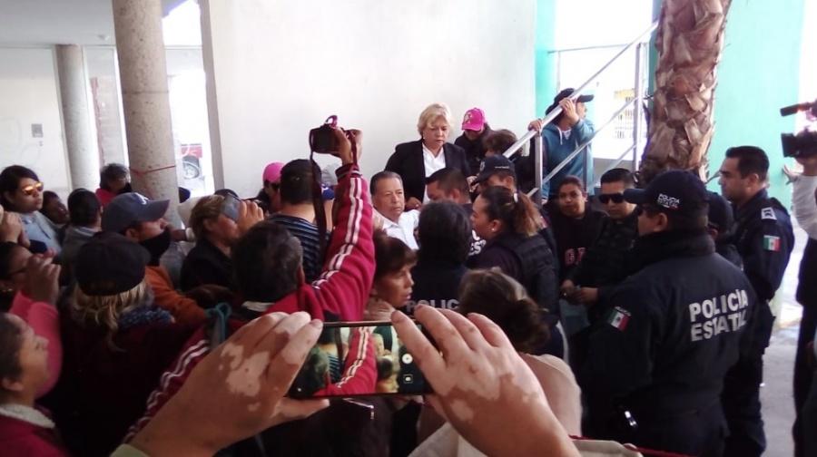 Desalojan violentamente a Oficial de Registro Civil en SLP