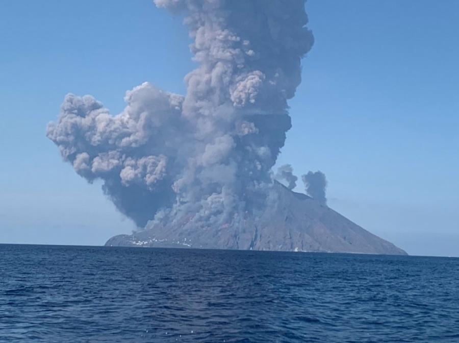 Volcán Estrómboli presenta fuerte explosión
