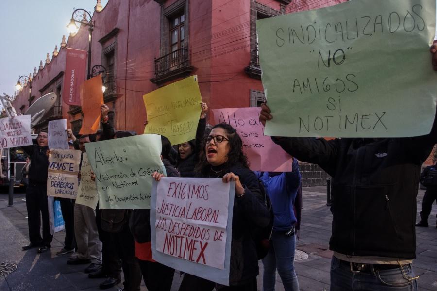 Ahora, extrabajadores de Notimex protestan en Palacio Nacional
