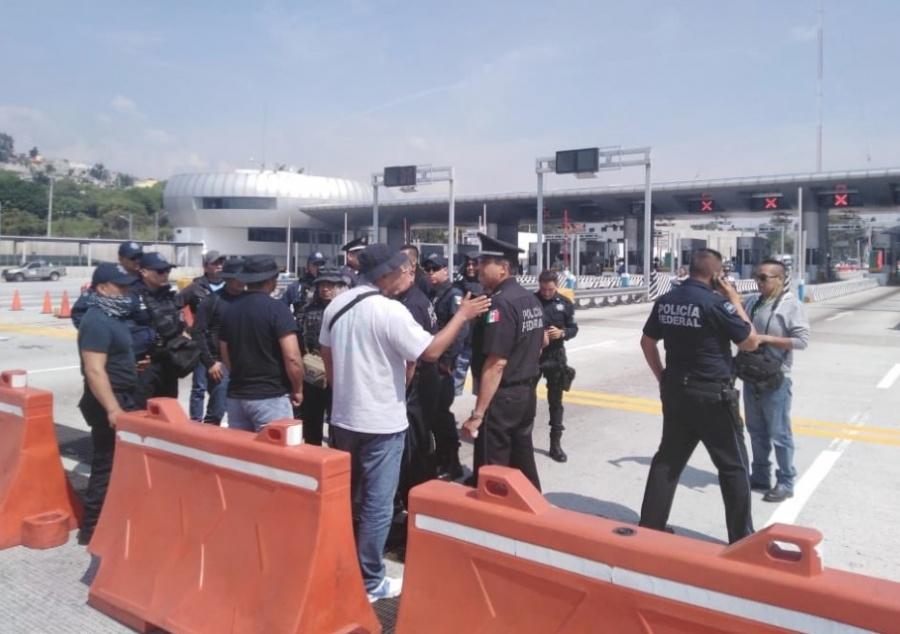 Policías federales bloquean autopista México-Cuernavaca