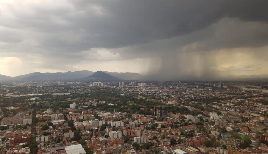 Ocasiona lluvia y viento en CDMX caída de árboles y espectacular