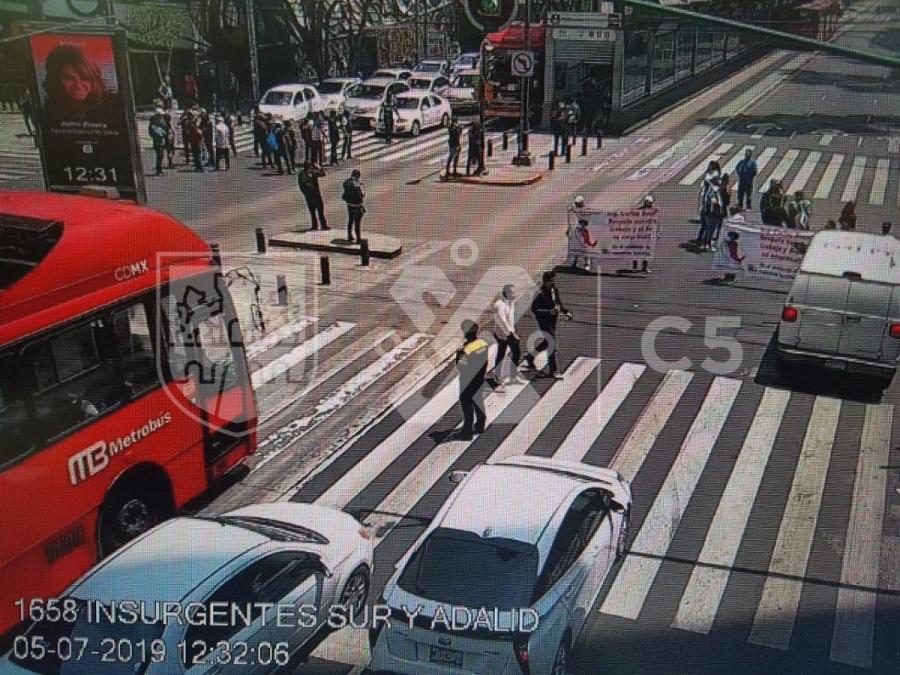 Manifestantes bloquean ambos sentidos en Insurgentes