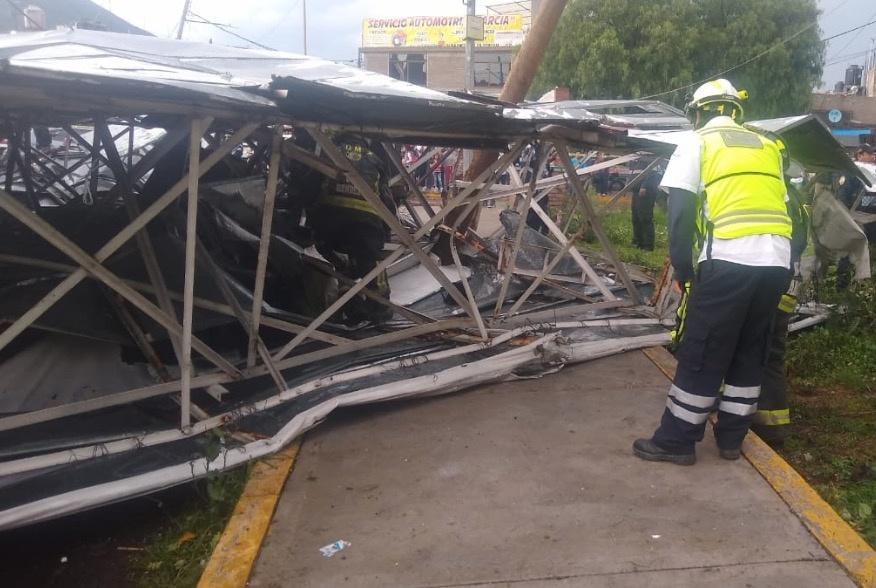 Caída de espectacular en Iztapalapa deja 4 lesionados; carecía de permiso