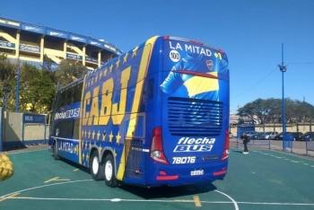 Boca Juniors presenta autobús blindado como