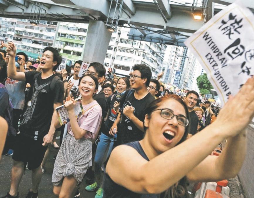 Policía reprime nueva protesta en Hong Kong